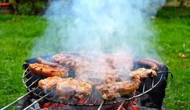 Fleisch und Würste auf dem Grill Lizenzfreies Stockbild