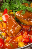 Fleisch unter einer roten Soße Lizenzfreies Stockbild