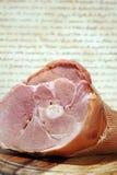 Fleisch, vollständiger Schinken auf dem Schnitzen des Vorstands, Schweinefleisch Stockfotos