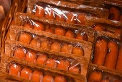 Fleisch-Würste verpackten auf Speicher entgegengesetzt lizenzfreie stockfotografie