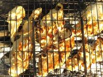 Fleisch wird auf Kohlen gebraten Stockbild
