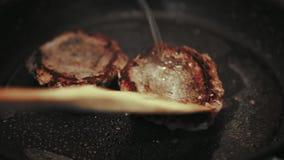 Fleisch wird in einer Wanne zu Hause gebraten stock video footage