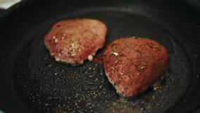 Fleisch wird in einer Wanne zu Hause gebraten stock video