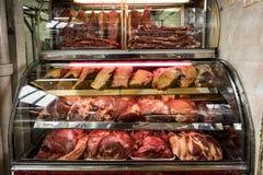 Fleisch-Zähler an Paloquemao-Markt, BogotÃ-¡, Kolumbien stockfotos
