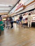 Fleischabteilung in einem Supermarkt lizenzfreies stockbild