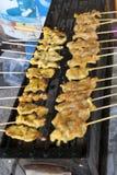 Fleischaufsteckspindeln auf Grill im Freien stockfotos