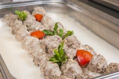 Fleischbälle in der weißen Soße an einem Restaurant schlagen Lizenzfreies Stockfoto