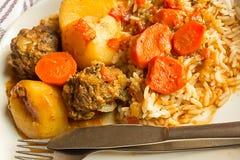 Fleischbälle, Karotten, Reis und Soße Stockfoto