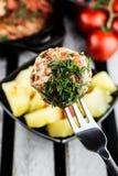 Fleischball auf der Gabel Frische gekochte Kartoffel Selektiver Fokus Stockbilder
