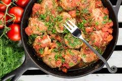 Fleischball auf der Gabel Frische gekochte Kartoffel Selektiver Fokus Lizenzfreie Stockbilder