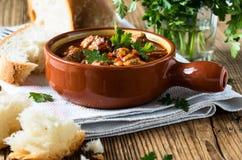 Fleischeintopfgericht im keramischen Topf Lizenzfreies Stockfoto