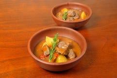 Fleischeintopfgericht mit Kartoffeln Stockbild