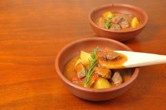 Fleischeintopfgericht mit Kartoffeln Stockfotografie