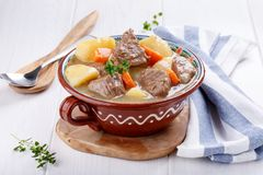 Fleischeintopfgericht mit Kartoffeln und Karotten Gulaschsuppe lizenzfreie stockfotos