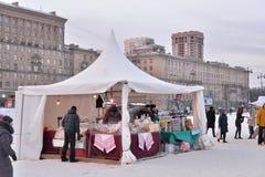 Fleischgeschäftszeltkäufer und während des Karnevals im Moskau-Bereich lizenzfreie stockbilder