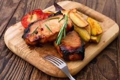 Fleischgrill mit Gemüse und Gewürzen Stockfoto