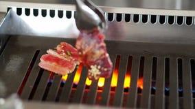 Fleischgrillpartei Geschnittenes rohes Rindfleisch auf Grill, asiatisches yakiniku stock footage