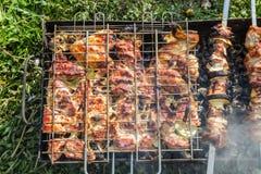 Fleischkebab (Schweinefleisch) auf dem Grill Lizenzfreie Stockbilder