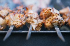 Fleischkebab shashlik auf Aufsteckspindeln und Grill Stockfotografie