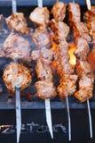 Fleischkebab shashlik auf Aufsteckspindeln und Grill Lizenzfreies Stockbild