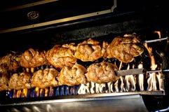 Fleischkebabs, die auf Grill vorbereitet werden Lizenzfreie Stockfotos