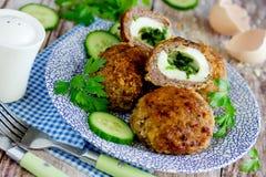 Fleischklöschen angefüllt mit gekochten Eiern und grüner Kräuterbutter lizenzfreie stockfotos