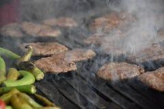 Fleischklöschen auf Grill Grill in der Natur Lizenzfreie Stockbilder