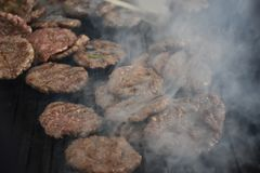 Fleischklöschen auf Grill Grill in der Natur Lizenzfreies Stockfoto