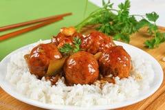 Fleischklöschen in der Soße gedient mit Reis Stockfotografie