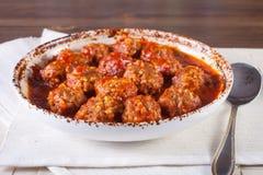 Fleischklöschen in der Tomatensauce in einer Schüssel Stockfotografie