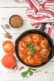 Fleischklöschen in der Tomatensauce mit Gewürzen und Knoblauch Lizenzfreie Stockfotos