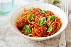 Fleischklöschen in der Tomatensauce mit Spaghettis Stockfotos