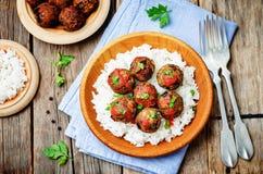 Fleischklöschen des strengen Vegetariers der weißen Bohnen der Aubergine mit Tomatensauce und Reis lizenzfreie stockfotos