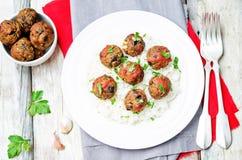 Fleischklöschen des strengen Vegetariers der weißen Bohnen der Aubergine mit Tomatensauce und Reis lizenzfreies stockfoto