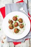 Fleischklöschen des strengen Vegetariers der weißen Bohnen der Aubergine mit Tomatensauce und Reis lizenzfreie stockfotografie