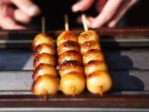 Fleischklöschen mit Aufsteckspindel auf Netz für Verkauf mit selektivem Fokus Stockbild