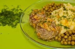 Fleischklöschen mit gestampften Kartoffeln Stockfotografie