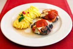 Fleischklöschen mit Käse, Tomate und gestampften Kartoffeln Stockfotos