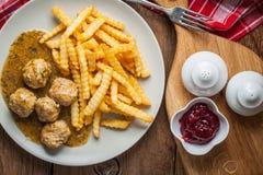 Fleischklöschen mit Pommes-Frites in der Dillsoße Lizenzfreie Stockbilder