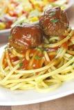 Fleischklöschen mit Teigwaren. Stockfotos