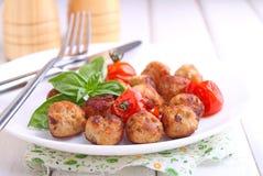 Fleischklöschen mit Tomate in einem weißen Teller Lizenzfreies Stockfoto