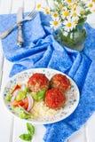 Fleischklöschen mit Tomatensauce, Gemüse und einer Beilage von Kuskus Lizenzfreies Stockbild