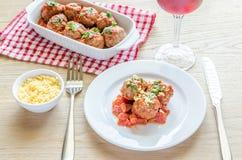 Fleischklöschen mit Tomatensauce und Parmesankäse Lizenzfreie Stockfotos
