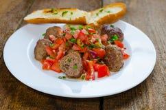 Fleischklöschen mit würziger Tomatensalsa Stockbilder