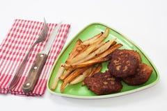 Fleischklöschen und Pommes-Frites auf der Platte mit Geräten auf dem kitc Stockbild