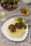 Fleischklöschenkoteletts mit Kartoffelpürees und Salat Lizenzfreies Stockfoto