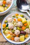 Fleischklöschensuppe mit Gemüse Stockbilder