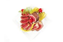 Fleischklumpen und -scheiben auf Platten Lizenzfreies Stockfoto