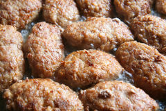 Fleischkoteletts gebraten auf Bratpfanne Lizenzfreie Stockfotografie