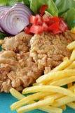 Fleischkoteletts paniert und gebratene Kartoffeln lizenzfreie stockbilder